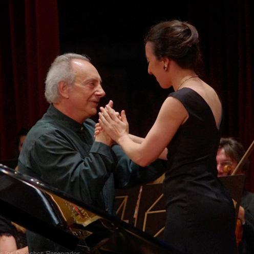 Luis Ascot en piano junto a Andrea